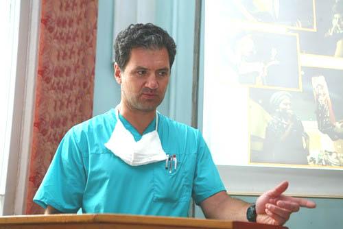 На фотографии с хирург Сергей Романович, который будет делать операции детям.