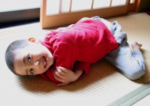 497585_boy_relaxing_on_tatami_mat.jpg