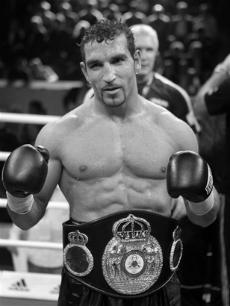 Арслан Фират (1970) – профессиональный боксер из Германии первой тяжелой весовой категории.