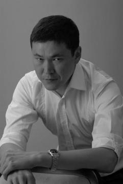 Данияр Сугралинов — писатель и бизнесмен.
