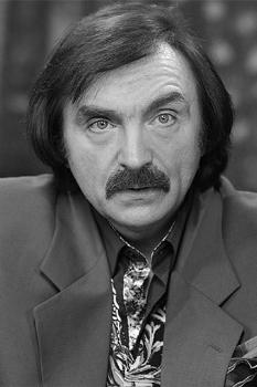 Амаяк Акопян (1 декабря 1956 г., Москва) - Советский и российский иллюзионист, актёр, артист цирка. Заслуженный артист России.