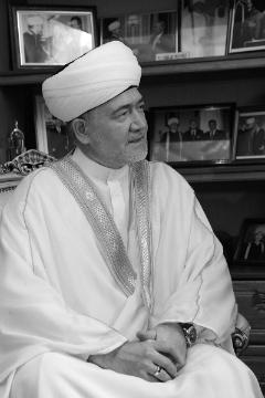 Рави́ль Гайнутди́н (25 августа 1959) - шейх, председатель президиума Духовного управления мусульман европейской части России.